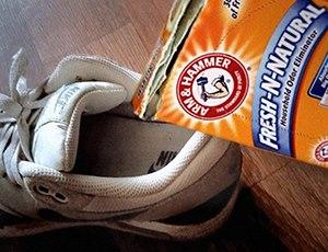Поставете сода за гляб в обувките си