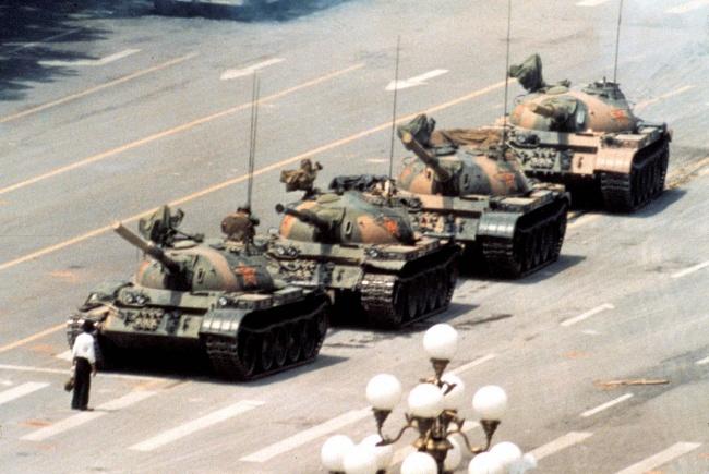 10 мистериозни снимки - Човека пред танковете