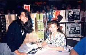 15 годишната Ева Мендес получава автограф от 17 годишната Алиса Милано, 1989