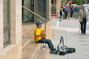13 годишния Джъстин Бийбър, улично представление за минувачите в Стратфорд, Канада, 2007