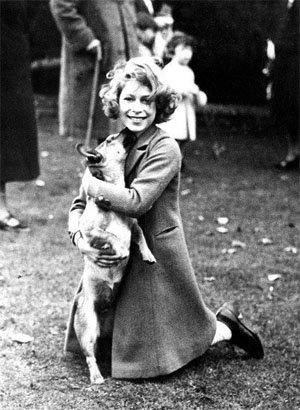 Кралица елизабет II на 10 години с кучето си, 1936