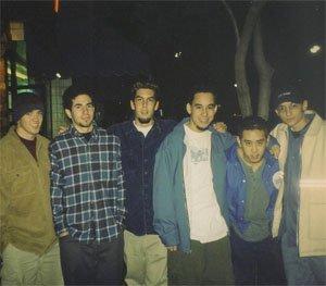Първата снимка на Линкин Парк с Честър Бенингтън (в дъното дясно) през 1997, някои от членовете все още са студенти.