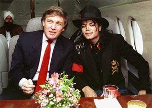 Майкъл Джексън и Доналд Тръмп отивайки да посетят болното от СПИН дете - Раян Уайт през 1990. Мъжа в дъното е Мани Кхалса - личния готвач на Джексън