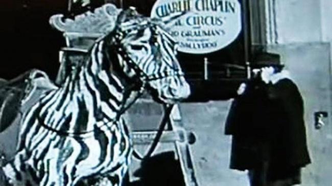 10 мистериозни снимки - Мобилен телефон във филм на Чарли Чаплин